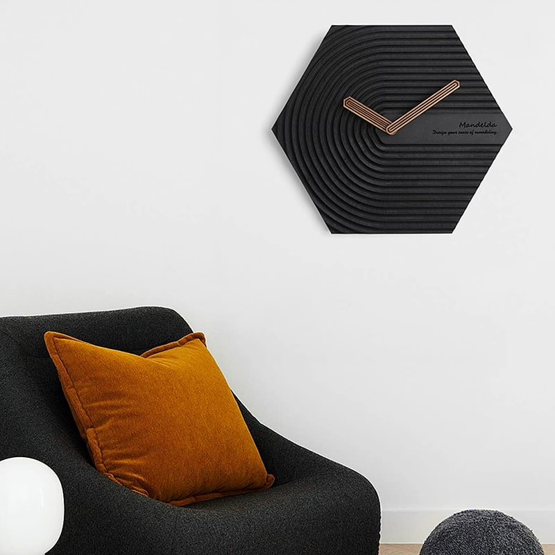 Horloge murale design scandinave noire dans un séjour