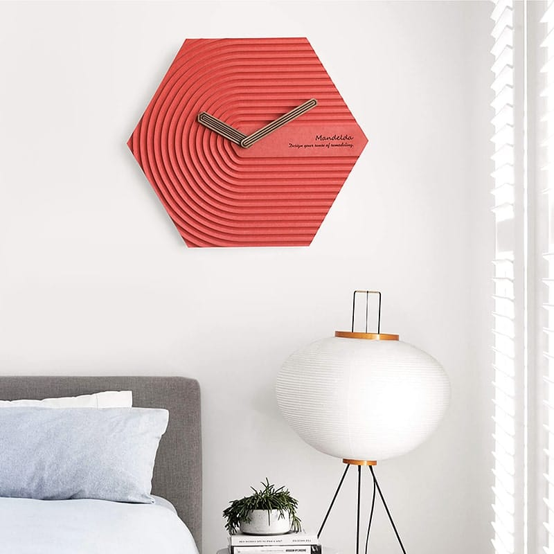 Horloge murale design scandinave rouge dans une chambre moderne