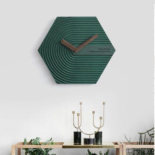 Horloge murale design scandinave verte dans une entrée