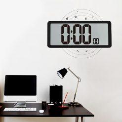 Horloge murale digitale à led dans un bureau