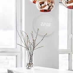Horloge murale digitale blanche en bois