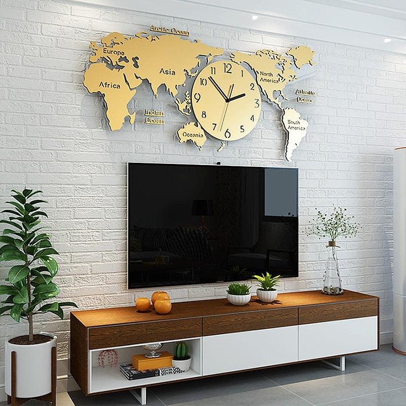 Horloge murale geante design et originale carte du monde dans un salon moderne