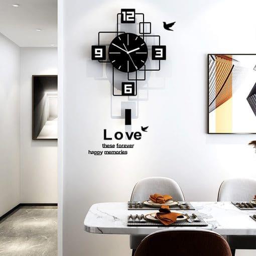 Horloge murale originale noire dans une salle-à-manger