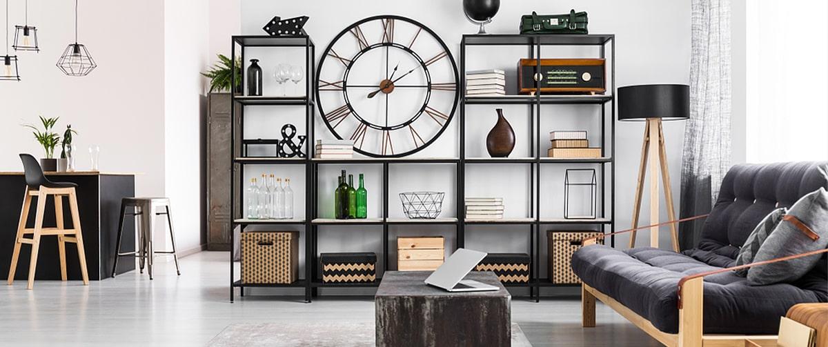 Horloge murale style industriel dans un salon moderne