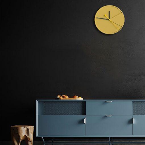 Horloge scandinave murale dans un salon moderne et contemporain