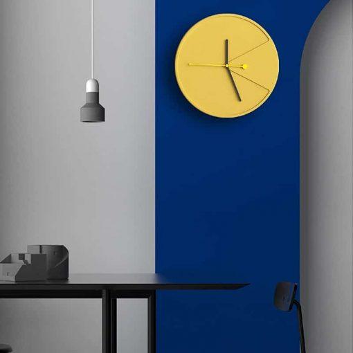 Horloge scandinave murale dans une salle-à-manger ou une cuisine
