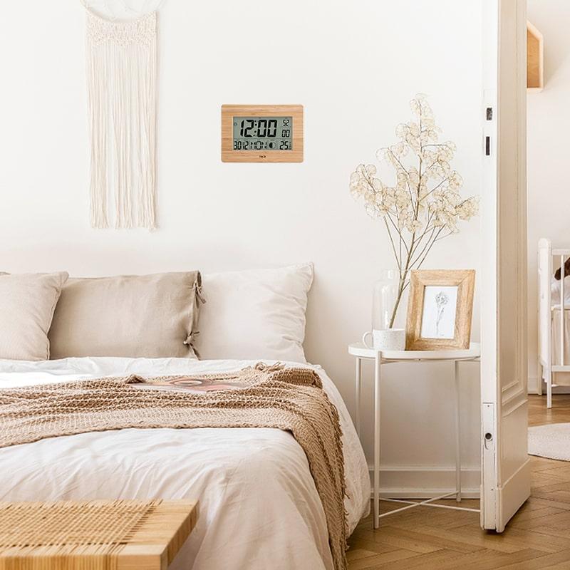 Petite horloge digitale murale dans une chambre au style scandinave