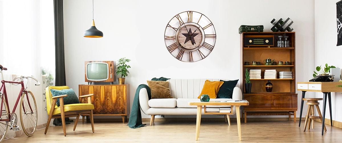 Salon au look rétro avec une horloge murale vintage en métal