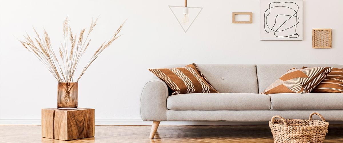 Séjour avec matériaux bois et table de chevet handmade