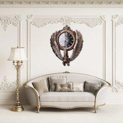 Horloge ancienne murale avec cheval dans un salon de luxe