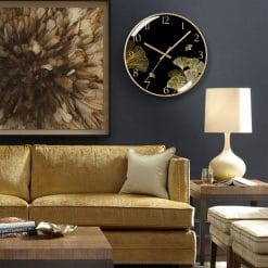 Horloge design en verre dans un salon moderne