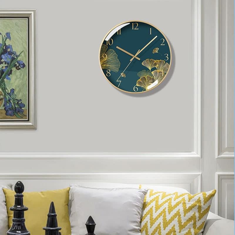 Horloge design en verre dans un séjour moderne