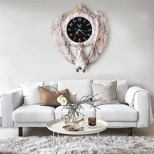 Horloge murale blanche ancienne avec cheval en résine