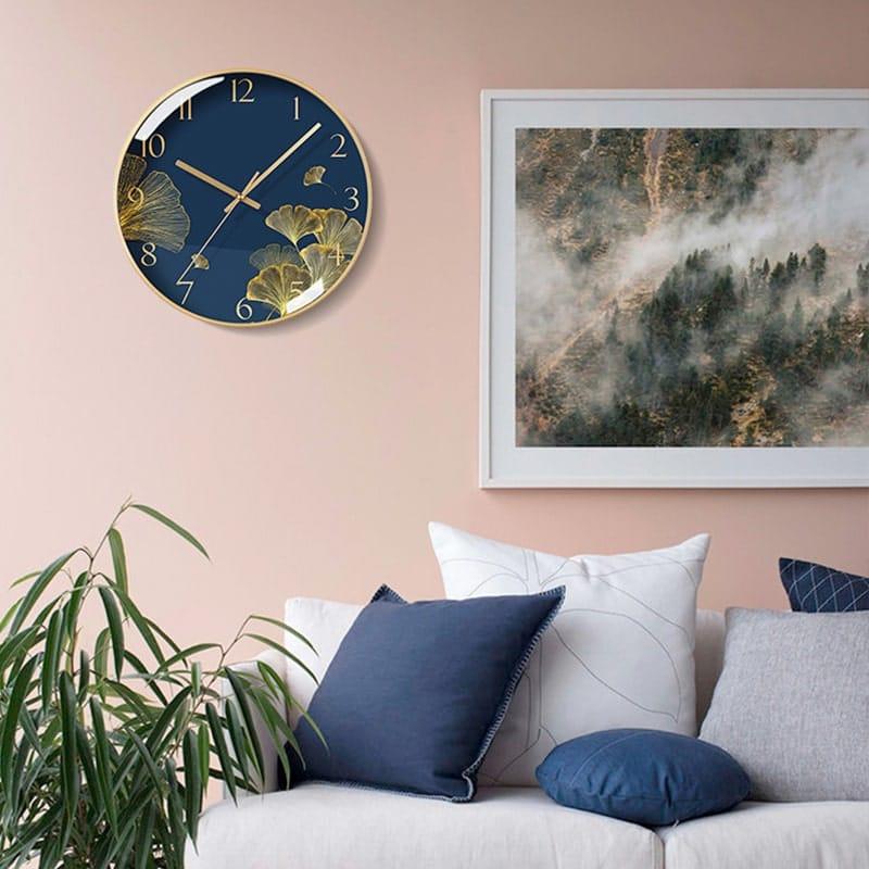 Horloge murale design en verre dans un salon