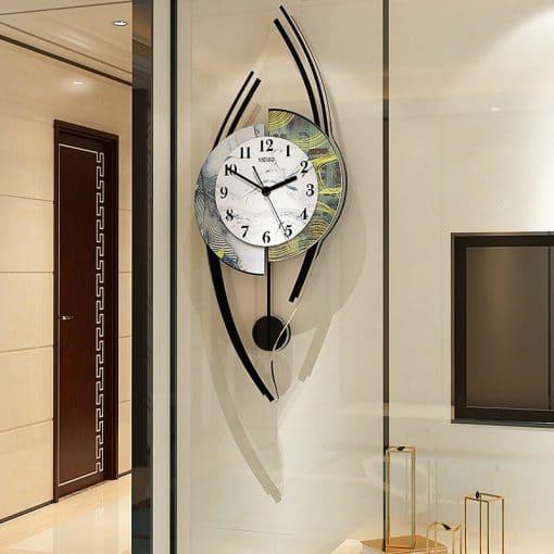 Horloge murale originale dans un séjour moderne