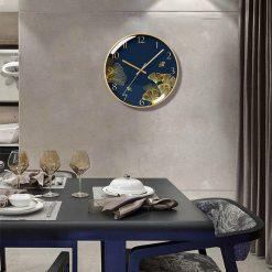 Horloge murale verre design dans une salle à manger