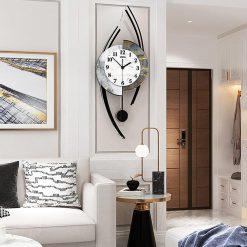Horloge originale murale dans un salon