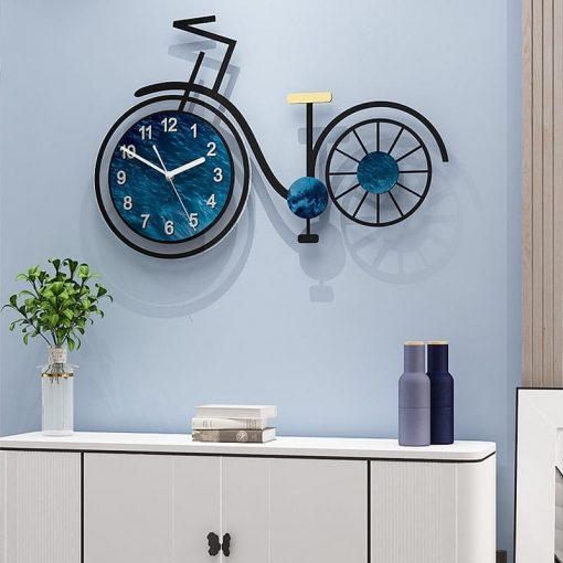 Grande horloge murale originale vélo au-dessus d'une commode contemporaine