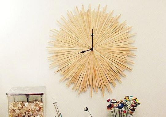 Horloge murale a partir de batonnets de cafe en bois