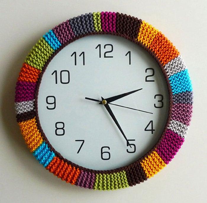 Horloge murale avec un cadran en tissu tricoté multicolore