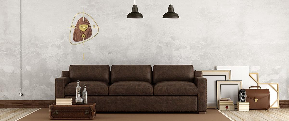 Horloge murale décorative en bois avec balancier dans un salon rétro vintage