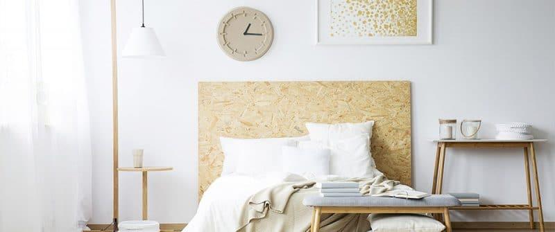 Horloge murale en papier dans une chambre avec des meubles de récupération
