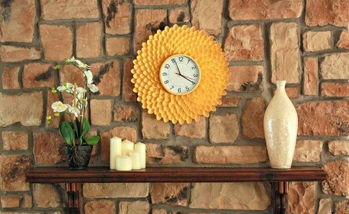 Horloge murale jaune réalisée à partir de cuillères en plastique