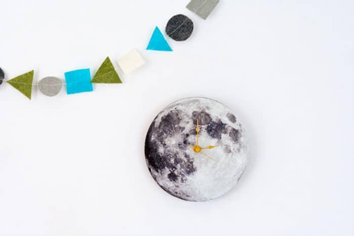 Horloge murale ressemblant à la lune et fabriquée à partir d'un papier imprimé