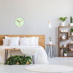 Horloge murale scandinave couleur pastel dans une chambre