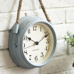 Petite horloge murale vintage avec des chiffres arabes