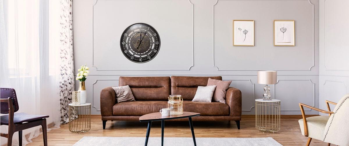 horloge murale vintage style industriel au-dessus d'un canapé en cuir marron