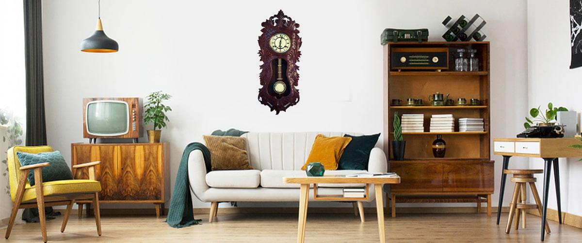 Horloge murale à pendule dans un salon vintage rétro