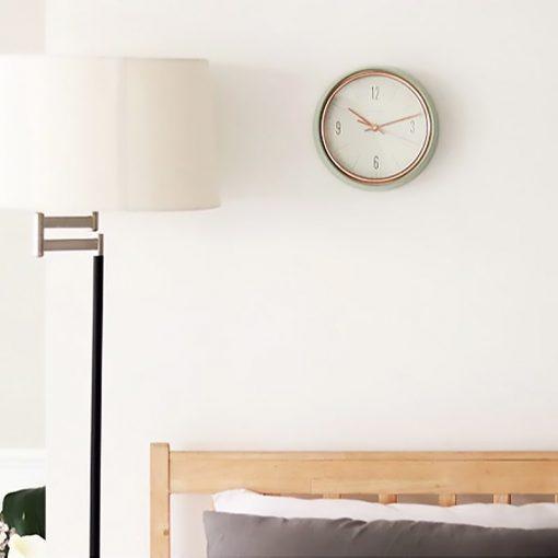 Horloge murale au style vintage dans une chambre