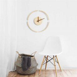 Horloge murale bois moderne et minimaliste dans un salon
