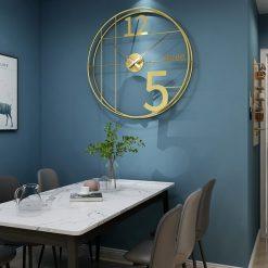 Horloge murale décorative industrielle dans une salle-à-manger
