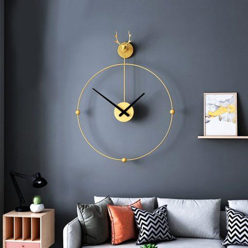 Horloge murale en fer forgé dans un salon au style design