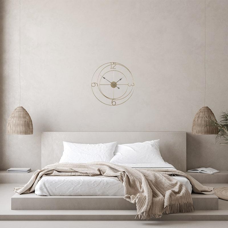 Horloge murale fer forgé de 60 cm de diamètre dans une chambre moderne et luxueuse