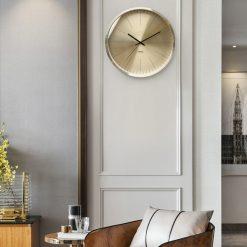 Horloge murale metal design et silencieuse dans un sejour moderne